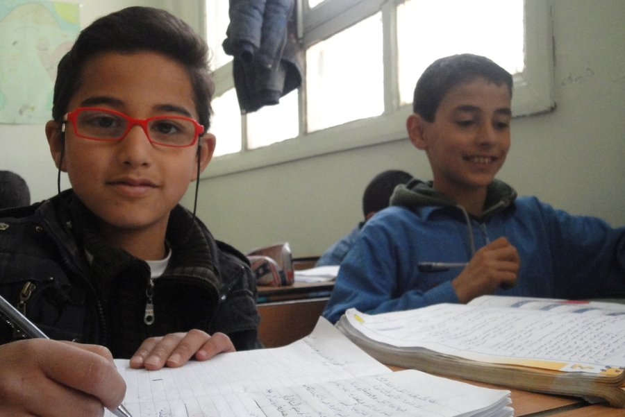 Syrian children receive emergency school lessons